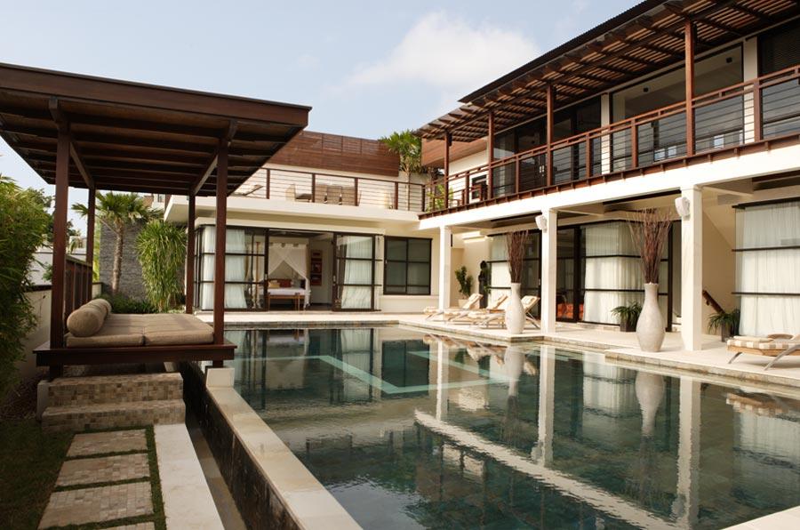 别墅尽揽壮观的海景,以巴厘岛宏伟的火山为背景。别墅的客厅、餐厅和娱乐厅都配备了质量最好的家具,设施包括5台平板电视、Bose音响、卫星电视、iPod Dock、Playstation 3和网络连接。别墅的房间里安装有空调和吊扇。   别墅拥有泳池(15*7米)、私人健身房、台球桌、按摩厅,以及多处安静隐秘的休息区。机场接送服务包括在别墅租赁的费用中。 别墅入住详情   宽敞的开放式客厅/餐厅/厨房装有Bose音响和50英寸的平板电视,餐厅可供12人同时就餐,泳池边的小客厅也装有Bose音响、5